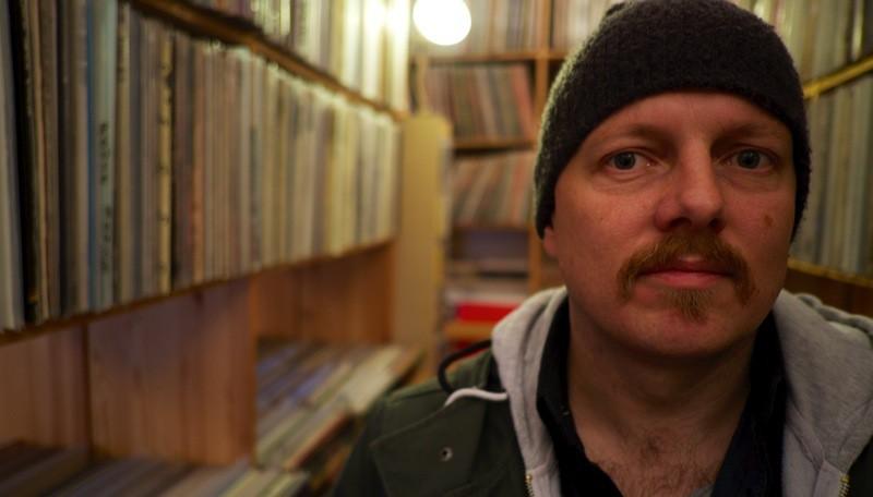 Den norske basisten Ingebrigt Håker Flaten inför Osynliga Spår i butiken Andra Jazz i Stockholm. Foto: Magnus Nygren