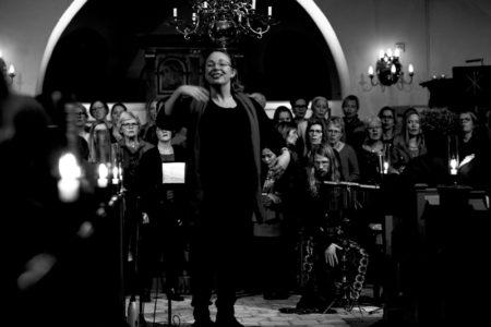 Elinore Uvemark och Gospel Voices. Foto: Lasse Seger