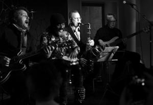Bo Stief b, Hans Ulrik ts, ss, Krister Jonsson g, Ayi Solomon v, percussion.