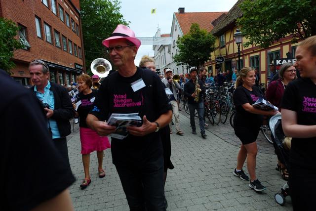 Ystad Sweden Jazz Festivals president Thomas Lantz i spetsen för årets jazzparad med danska Tuesday Night Brass Band