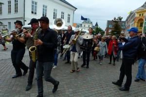 Ystad Sweden Jazz Festivals president Thomas Lantz i spetsen för årets jazzparad med danska Tuesday Night Brass Band